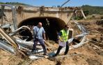 Un trabajador de la Confederación Hidrográfica del Ebro y un vecino de Sansoáin, Alfredo Recalde, comprueban este puente que tenía tres ojos y unía el pueblo con la NA-5163.