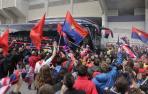 La afición de Osasuna se acercó a El Sadar para acompañar al equipo en la rúa del ascenso.