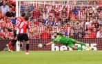 El centrocampista del Athletic Club de Bilbao, Raúl García, consigue de penalti el gol para su equipo.