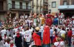 Las figuras de la Comparsa de Gigantes bailan la Jota de Cascante ante la imagen del copatrón de la localidad ribera.