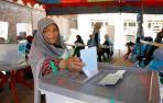 Una mujer vota en Kabul, capital de Afganistán.
