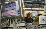 Una mujer trabaja en una fábrica.