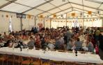 RANCHO PARA TODOS. Los participantes en el concurso de calderetes comieron todos juntos en la carpa después.