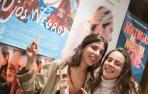 De izda. a dcha., Marta y Julia Lallana ante el cartel de 'Ojos negros'.