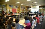 Alumnos de 4º de Primaria del colegio 'Comarcales' de Tafalla escuchan cómo fueron los primeros momentos tras la riada del 8 de julio.