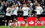 El centrocampista danés del Valencia Daniel Wass celebra su gol con sus compañeros.
