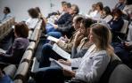 Varios médicos antes de comenzar la asamblea del pasado viernes en el Complejo Hospitalario de Navarra