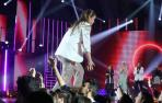 Eva cruzando la pasarela en la gala 6 de Operación Triunfo y chocando las manos con el público