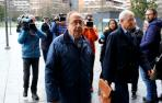 El exgerente de Osasuna Ángel Vizcay entra al Palacio de Justicia durante la celebración del juicio.