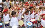 La tamborrada infantil es parte de la jornada inaugural de las fiestas de Lesaka.