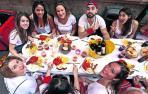 Uno de los almuerzos típicos de San Fermín, este en la calle San Nicolás poco antes del cohete.