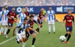 Nacho Vidal pugna por el balón con el defensor rival Jonathan Silva. Detrás, varios futbolistas observan la jugada.