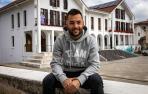 Dani Saldise, este martes por la mañana, con la fachada del Ayuntamiento de Irurtzun a sus espaldas. Además del Xota, también deja el pueblo que le ha visto crecer.