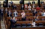 El presidente del Gobierno, Pedro Sánchez, aplaude junto a miembros del Gobierno y de la bancada socialista.