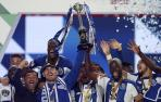 Un emocionado Casillas levanta la Copa de Portugal del Oporto