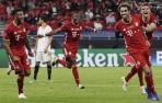Javi Martínez, a la derecha, celebra el segundo gol del Bayern.