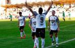 Orbegozo celebra el tanto que anotó desde el punto de penalti ante la mirada de Rodrigo y Samanes.