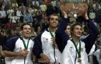Imagen de Juan Carlos Ferrero sosteniendo la primera ensaladera para España junto a sus compañeros, Alex Corretja, Joan Balcells y Albert Costa