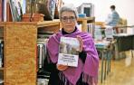Hedy Herrero con un ejemplar de su libro ayer, en la librería Katakrak de Pamplona.