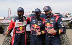Peterhansel, escoltado por  Nasser Al-Attiyah, segundo y Carlos Sainz, tercero en el Dakar.