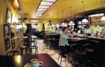 Los bares no servirán en barra, pero elevan su aforo interior a dos tercios