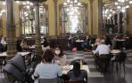 Interior del Café Iruña de Pamplona.