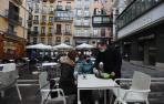Varios clientes son atendidos en una terraza de la plaza del Ayuntamiento en Pamplona
