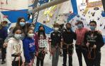Niños y niñas de Anadi, la asociación navarra de diabetes, en el rocódromo.