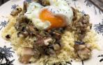 Imagen del cuscús con hongos y huevo escalfado