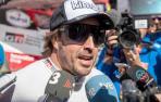 El piloto español Fernando Alonso atiende a los periodistas en el Rally Dakar