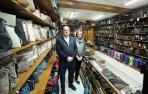 Los hermanos Jesús Mari y Uxua Cebrián Leyun en el interior de su establecimiento Bolsos Cebrián. Se quitaron la mascarilla para la fotografía.