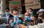 Juan José Liarte (2i), acompañado de Franciso Carrera (d), anuncian a la prensa que van a votar en contra de la moción de censura en la Asamblea Regional de Murcia.