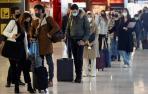 Viajeros hacen cola frente a un mostrador de facturación en el aeropuerto Adolfo Suárez-Barajas de Madrid.