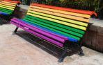 La oposición reclama al Ayuntamiento de Pamplona que pinte los bancos con los colores LGTBI
