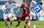 Mikel Merino y David Silva luchan por el balón ante el centrocampista Tibor Halilovic del Rijeka