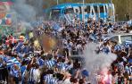 Cientos de aficionados despiden a la Real Sociedad sin distancias de seguridad