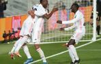 El delantero del Real Madrid Vinícius Jr celebra con Casemiro y con Mendy su segundo gol, tercero del equipo ante el Liverpool