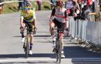 Tadej Pogacar celebra su victoria por delante de Primoz Roglic en la meta de Ermualde, al término de la tercera etapa de la Itzulia Basque Country