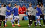 Los jugadores del Athletic Club hacen un pasillo a los de la Real Sociedad, por su victoria en la final de la Copa del Rey