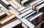 Varios libros permanecen en el expositor de una librería
