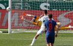 El portero del Atlético de Madrid, Jan Oblak, intenta detener el penalti lanzado por el centrocampista del Elche, Fidel Chaves al poste