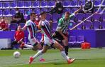 El centrocampista del Betis, Sergio Canales intenta un pase ante dos rivales del Valladolid