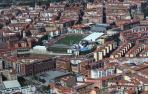 Vista aérea de viviendas en Pamplona, con el estadio Larrabide en el centro.
