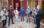 Alumnos de Claret Larraona entregan un trabajo de código ético en el Ayuntamiento
