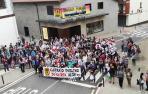 Imagen de la concentración de las ocho de la tarde del viernes junto al edificio multiusos de Leitza.