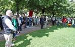 Asistentes a la colocación de la placa en recuerdo a Jesús Alcocer, asesinado por ETA en Mercairuña