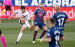 Lucas Torró dispara con la derecha en un partido contra el Huesca