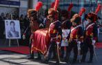 En brazos de reconstructores históricos, vestidos con uniformes de la guardia napoleónica, el féretro fue trasladado al aeropuerto moscovita de Vnúkovo 3