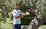 Jon Moncayola posa sonriente en uno de los jardines del Hotel Meliá Villaitana durante su concentración con la selección española.