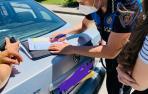 Imagen de un agente de la Policía Municipal poniendo una sanción